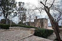 Marina Serra, frazione di Tricase (LE).Piccolo paese sul mare adriatico, caratterizzato da costa rocciosa, stradine alberate, porticciuolo e una chiesetta. Abitato prettamente d'estate.