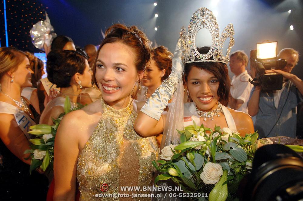 NLD/Hilversum/20060618 - Finale Miss Nederland 2006, Miss Nederland 2005 Miranda Slabber en Miss Nederland 2006 Cheryl Baas