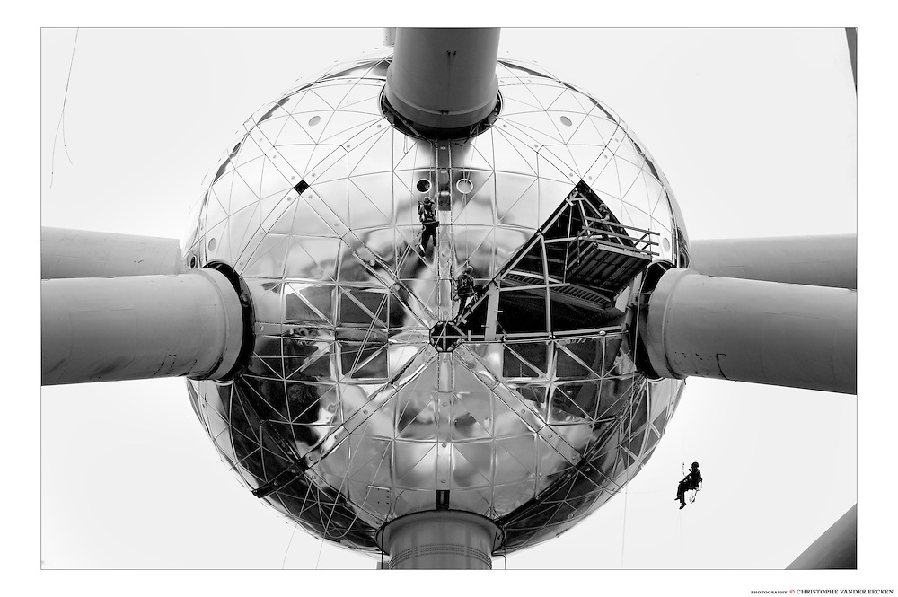 Brussels, Belgium, Aug 03, 2005, Restauration of the atomium. PHOTO©Christophe Vander Eecken