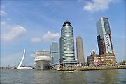 Nederland, Rotterdam, 2-5-2015Het cruiseschip de Splendida van de zwitserse rederij MSC meert voor de eerste maal af bij Cruiseport Rotterdam aan de Wilhelminakade in de Rotterdamse haven. Het is het vlaggenschip van de cruiserederij MSC en met een lengte van 333 meter en een breedte van 38 meter ook het grootste cruiseschip van de Zwitserse rederij. Het is voor het eerst dat een MSC passagierschip Rotterdam aandoet. De Splendida doet een minicruise vanuit Hamburg .Uitzicht op zuiderlijk deel Rotterdam, Rotterdam zuid, stadsdeel Kop van Zuid, rivier de Maas, hoogbouw en cruiseschip aan de wilhelminakade. Woontoren New Orleans, Montevideo en gebouw Port of Rotterdam. Foto: Flip Franssen/Hollandse Hoogte