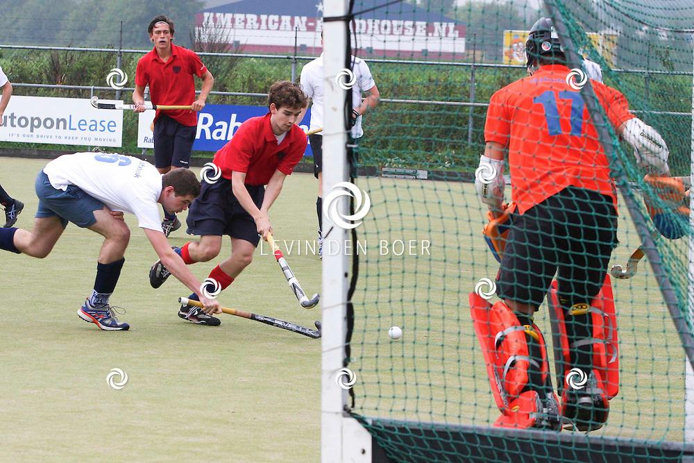 ZALTBOMMEL - Op het hockeyveld te Zaltbommel speelden de heren MHC Bommelerwaard tegen uit Bergen op Zoom komende team Tempo H1. FOTO BRUIS DE KOCK - PERSFOTO.NU