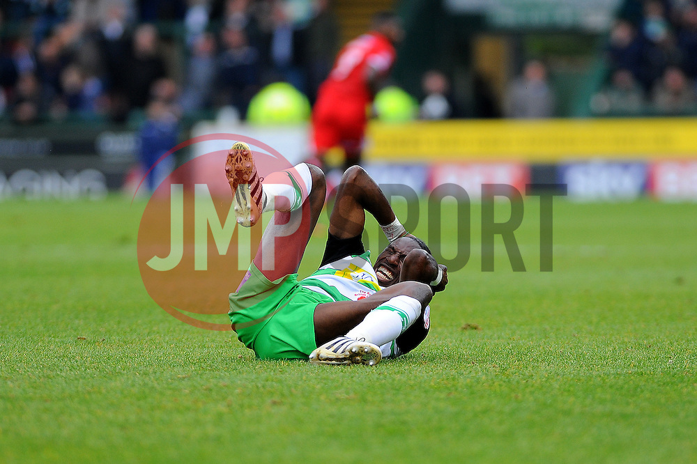 Nathan Smith of Yeovil Town picks up a head injury - Mandatory by-line: Nizaam Jones/JMP - 29/10/2016/ - FOOTBALL - Hush Park - Yeovil, England - Yeovil Town v Grimsby Town - Sky Bet League Two