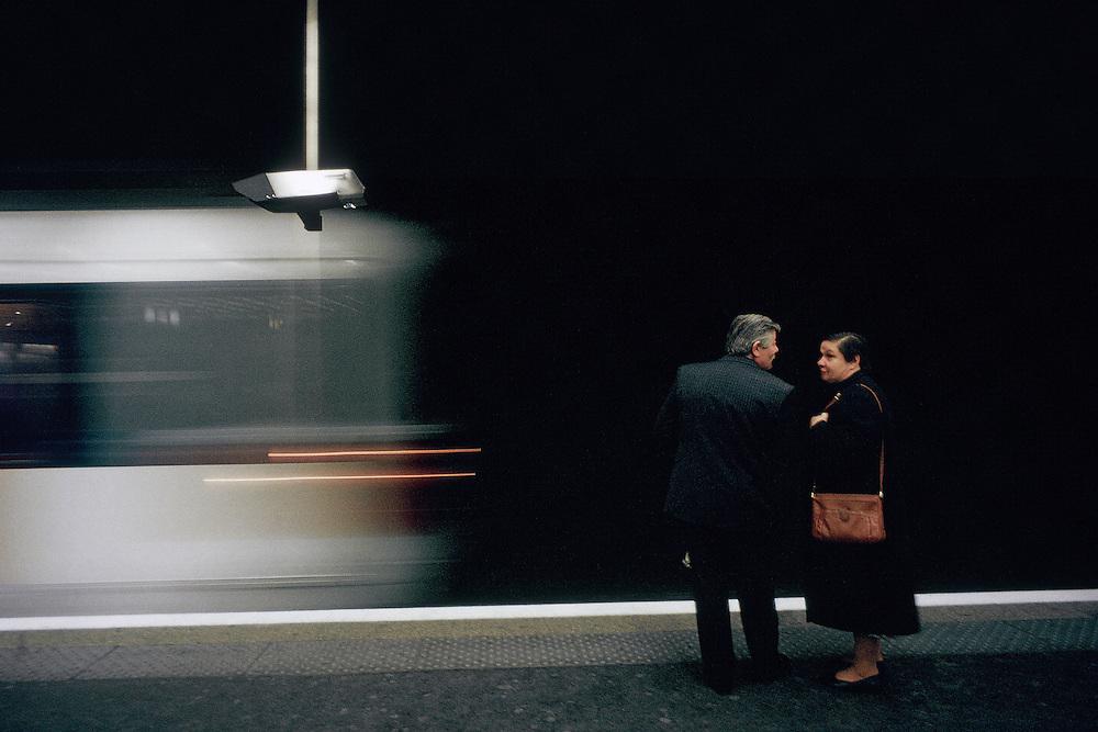 """Couple de voyageurs sur le quai de la station RER Les Halles, Paris, France.<br /> Couples travellers on the quay of """"Les Halles"""" RER station, town of Paris, France."""