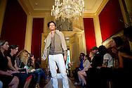 AMSTERDAM - Een model toont een ontwerp uit de Spring-Summer 2013 collectie van mode-ontwerper Hans Ubbink in Het Grachtenhuis in Amsterdam.