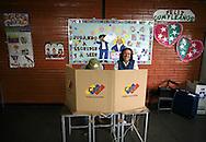 Ciudadanos ejercen su voto hoy, 23 de noviembre de 2008, en Caracas, Venezuela, donde unos 17 millones de venezolanos están convocados para elegir 603 cargos: los gobernadores de 22 de los 23 estados del país, más de 300 alcaldes y más de 200 legisladores locales. (ivan gonzalez)