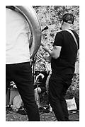 Festival de la mobilité douce la caravane du Cycloton 2019 se déplace d'étape en étape en transportant tout le matériel son et les instruments à vélo. Ce projet de Béatrice Graf et Bernhard Zitz a pour but de créer de nouvelles voies artistiques minimisant l'empreinte carbone.<br /> Pour ce tour de Suisse, Bernhard Zitz et Pierre Berset ont développé une version mobile de leurCyclotone-soundsystem. Les deux vélos ayant déplacé le matériel son servent à générer l'électricité nécessaire à alimenter la sono mobile. Des gens du public pédalent sur scène.<br /> Programme musical: la batteure et compositrice Béatrice Graf(Prix Suisse de Musique 2019) ouvre les concerts puis des musiciens et groupes phares de la région se produisent. Jazz, beatbox, chanson, yodel, blues, musiques du monde musique expérimentale, la programmation éclectique et intergénérationnelle comporte plus de 30 concerts et performances.photo © romano p. riedo