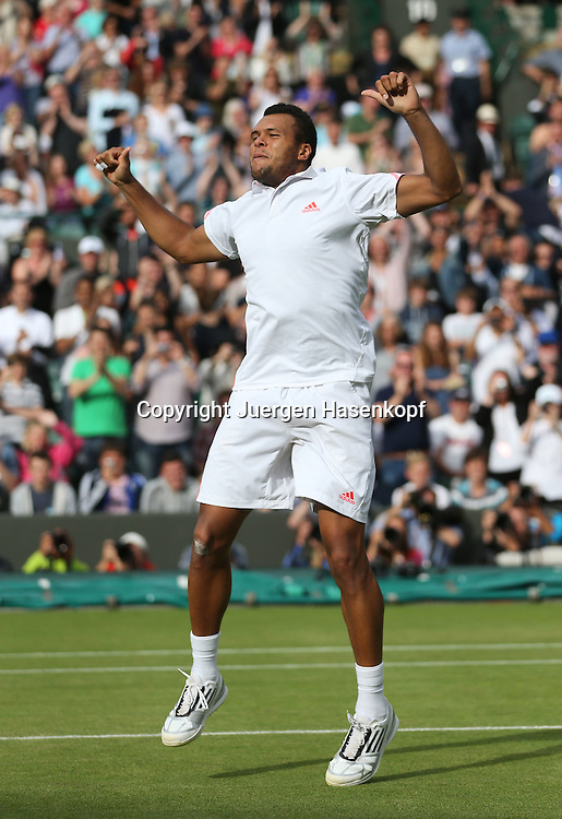 Wimbledon Championships 2012 AELTC,London,.ITF Grand Slam Tennis Tournament,.Jo-Wilfried Tsonga (FRA) springt hoch und jubelt nach seinem Sieg,Jubel,Freude,Emotion,Ritual,Einzelbild,Ganzkoerper,Hochformat,Serie,.Sequenz,