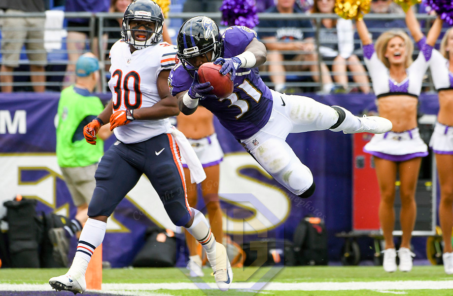BALTIMORE, MD - OCTOBER 15: Baltimore Ravens running back Bobby Rainey (31) dives into the end zone after returning a kickoff in the third quarter 96 yards for a touchdown against the Chicago Bears on October 15, 2017, at M&T Bank Stadium in Baltimore, MD.  The Chicago Bears defeated the Baltimore Ravens, 27-24 in overtime.  (Photo by Mark Goldman/Icon Sportswire)