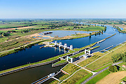 Nederland, Noord-Brabant, Gemeente Oss, 23-08-2016; Lith, Prinses Máxima Sluizen. Het sluizencomplex in de Maas bestaat uit een tweetal sluiskolken, de stuw en de Nuon waterkrachtcentrale.<br /> Meuse near Oss, Brabant. Complex of locks, barrage (or weir) and hydroelectric power plant.<br /> luchtfoto (toeslag op standard tarieven);<br /> aerial photo (additional fee required);<br /> copyright foto/photo Siebe Swart
