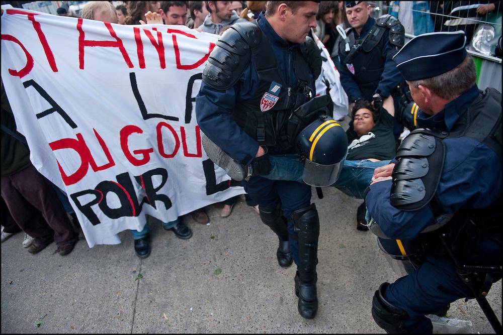Un manifestant aux prises avec les forces de police lors d'un rassemblement anti G8 place Stalingrad, Paris le 26 Mai 2011. ©Benjamin Girette/IP3Press