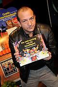 Presentatie van de Douwe Egberts Sinterklaasboeken in de Openbare Bibliotheek Amsterdam. <br /> <br /> Op de foto:  Najib Amhali met zijn Sinterklaasboek