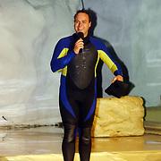 CD presentatie Frans Bauer, in wetsuit
