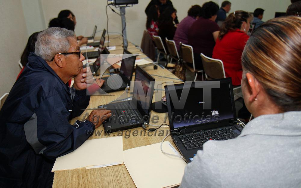 """Toluca, México.- Hombres y mujeres  dedicados al hogar, trabajadores,  en busca de superación personal, y personas jubiladas que no tuvieron la posibilidad de aprender a manejar una computadora en años pasados, han concluido un curso de capacitación en bibliotecas mexiquenses  para atacar el llamado """"Analfabetismo Cibernético"""". Agencia MVT / Crisanta Espinosa"""