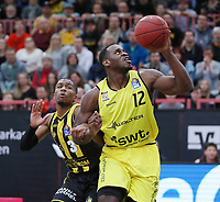 Basketball  1. Bundesliga  2017/2018  Hauptrunde  16. Spieltag  30.12.2017 Walter Tigers Tuebingen - MHP RIESEN Ludwigsburg Javon McCrea (re, Tigers) gegen Kerron Johnson (li, Ludwigsburg)