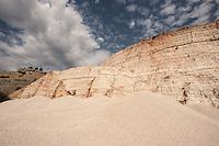 Cava nel comune di andria, situata sul versante opposto della pineta di castel del momte, comunemente chiamata &quot;cava rossa&quot;. E' costeggiata da una strada tortuosa. All'interno del perimetro della cava ci sono una serie di costruzioni abitative, adibite ad alloggi ed uffici dati in uso alla regione Puglia&quot;ARIF&quot;<br /> <br /> Questo sito, sulla strada tra Andria e Spinazzola in localita' Murgetta Rossa-Senarico a due passi dal castello normanno-svevo del Garagnone e dalla zona di Grotteline (sito archeologico dell&rsquo;era Neolitica risalente al 7000 a. C) fu luogo di un&rsquo; importantissima attivit&agrave;  di estrazione della  bauxite, roccia dalla quale &egrave; possibile estrarre alluminio  (nelle bauxiti rosse di Spinazzola &egrave; presente una percentuale di ossido di alluminio pari al 70,75%). Negli anni compresi tra il 1950 e il 1978  quest&rsquo;attivit&agrave; rappresent&ograve; una importantissima fonte di guadagno per l&rsquo;economia Pugliese, i materiali grezzi, infatti, venivano estratti, caricati su camion, portati a  Trani e imbarcati per Porto Marghera dove si trovavano le industrie che avrebbero lavorato il prodotto. <br /> Dai primi anni &rsquo;80,  l&rsquo;attivit&agrave; di estrazione della bouxite pugliese diminu&igrave; a causa della forte concorrenza di materiale proveniente dall&rsquo; Africa, pi&ugrave; puro e estraibile con costi inferiori; avvenne quindi che le cave di Spinazzola furono  chiuse &hellip; ma non riempite &hellip;<br /> Oggi resta un suggestivo scenario dai colori surreali.