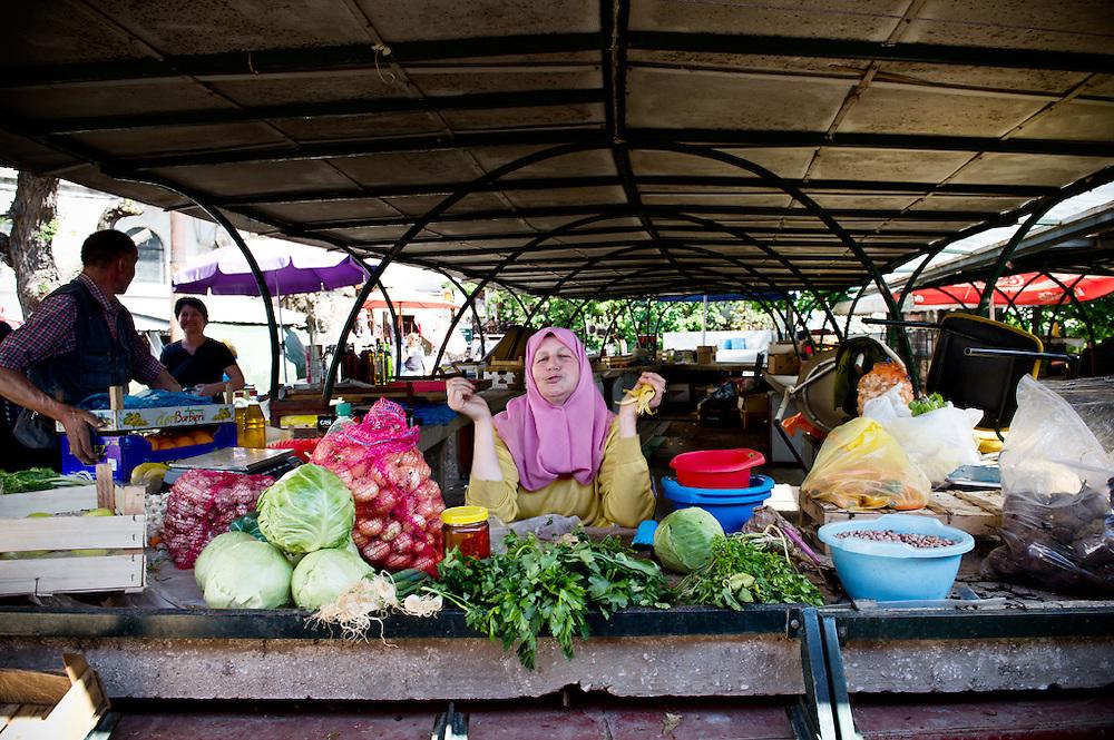 Il mercato della frutta, Mostar, Bosnia-Erzegovina, 2012<br /> <br /> 25 maggio, 2004<br /> A Mostar la realt&agrave; della guerra passata ha ancora il sopravvento. Dovunque ruderi, cimiteri lucenti di lapidi, quasi tutte datate 1993. Una miriade di bar e ristoranti, decisamente in sovrannumero rispetto alla popolazione esistente.