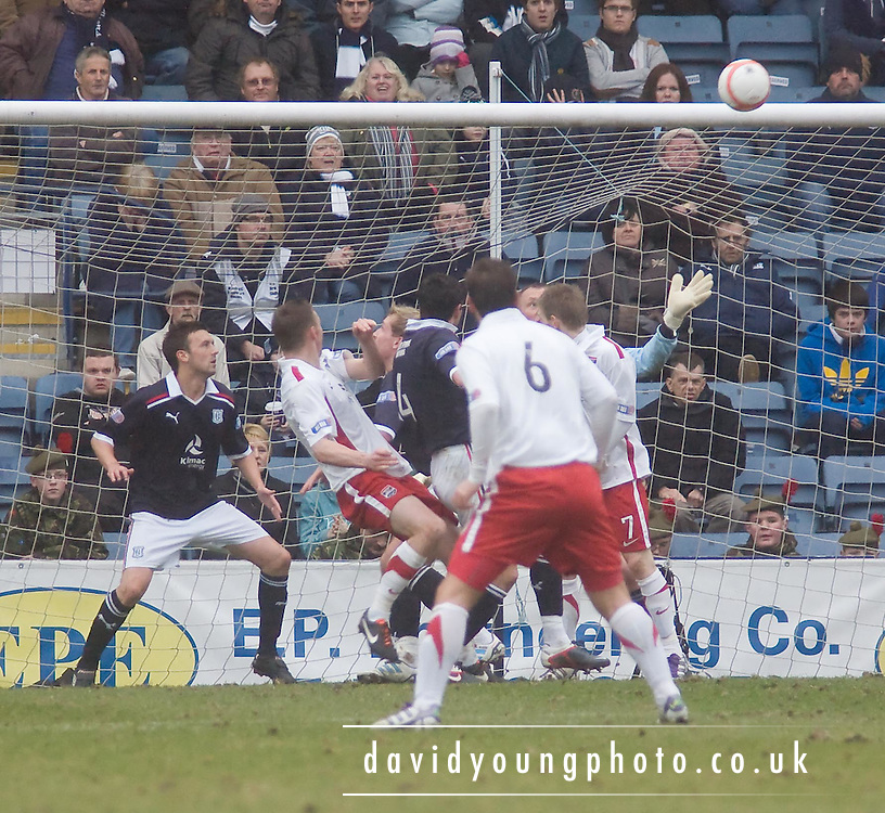 Ross County's Colin McMenamin's second half header hits the bar - Dundee v Ross County, IRN BRU Scottish Football League First Division at Dens Park..© David Young - .5 Foundry Place - .Monifieth - .Angus - .DD5 4BB - .Tel: 07765 252616 - .email: davidyoungphoto@gmail.com.web: www.davidyoungphoto.co.uk