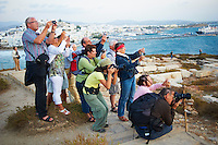 Grece, Cyclades, ile de Naxos, ville de Hora (Naxos), touristes photographiant le portique du temple d Apollon // Greece, Cyclades islands, Naxos, city of Hora (Naxos), tourist at Portara Gateway of Apollon temple