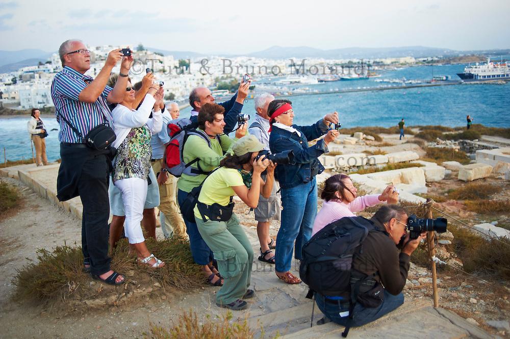 Grece, Cyclades, ile de Naxos, ville de Hora (Naxos), touristes photographiant le portique du temple d Apollon // Greece, Cyclades islands, Naxos, city of Hora (Naxos), tourist at Portara Gateway of Apollon temple