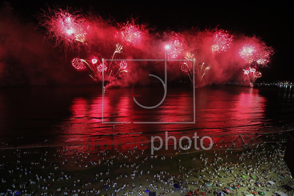 Balneário Camboriú (SC) 31/12/2016 Fogos na virada do ano 2017, na beira mar em Balneario Camboriu atrai muitos turistas Foto: Gisele Pimenta/FramePhoto