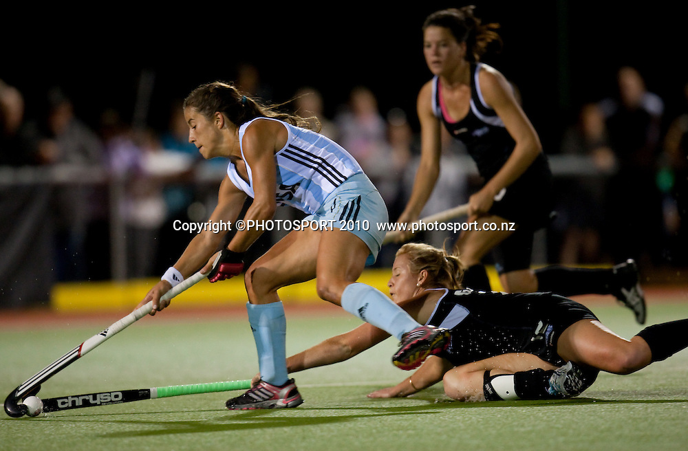 New Zealand's Ella Gunson goes for the ball during the Black Sticks Women v Argentina first hockey test at Gallagher Hockey Centre, Hamilton, 31 March 2010. Photo: Stephen Barker/PHOTOSPORT