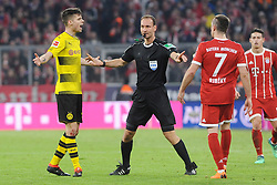 31.03.2018, Allianz Arena, Muenchen, GER, 1. FBL, FC Bayern Muenchen vs Borussia Dortmund, 28. Runde, im Bild vl. Julian Weigl (Borussia Dortmund #33), Schiedrichter Bastian Dankert (Rostock) und Franck Ribery (FC Bayern Muenchen) // during the German Bundesliga 28th round match between FC Bayern Munich and Borussia Dortmund at the Allianz Arena in Muenchen, Germany on 2018/03/31. EXPA Pictures © 2018, PhotoCredit: EXPA/ Eibner-Pressefoto/ Stuetzle<br /> <br /> *****ATTENTION - OUT of GER*****