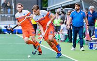 Den Bosch  -  Bjorn Kellerman (Ned) met Bob de Voogd (Ned)   tijdens   de Pro League hockeywedstrijd heren, Nederland-Belgie (4-3).     COPYRIGHT KOEN SUYK