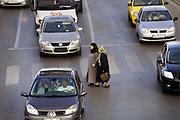 Turkije, Istanbul, 4-6-2011Straatbeeld. Verkeer, voetgangers, oversteken, druk,drukte.Foto: Flip Franssen
