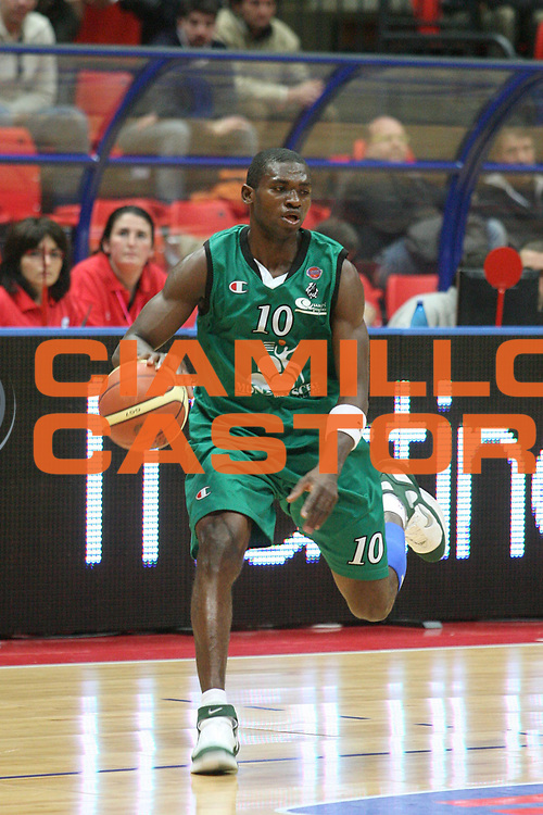 DESCRIZIONE : Livorno Lega A1 2006-07 TDShop.it Livorno Montepaschi Siena<br /> GIOCATORE : Sato<br /> SQUADRA : Montepaschi Siena<br /> EVENTO : Campionato Lega A1 2006-2007<br /> GARA : TDShop.it Livorno Montepaschi Siena<br /> DATA : 25/03/2007<br /> CATEGORIA : Palleggio<br /> SPORT : Pallacanestro<br /> AUTORE : Agenzia Ciamillo-Castoria/P. Mettini