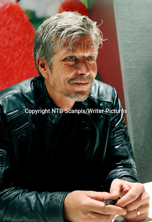 Oslo  20111202. Karl Ove Knausg&Acirc;rd, forfatteren av &quot;Min kamp&quot;, signerte b&macr;ker i Tanum bokhandel p&Acirc; Karl Johans gate fredag.<br /> Foto: Erlend Aas / Scanpix<br /> <br /> NTB Scanpix/Writer Pictures<br /> <br /> WORLD RIGHTS, DIRECT SALES ONLY, NO AGENCY