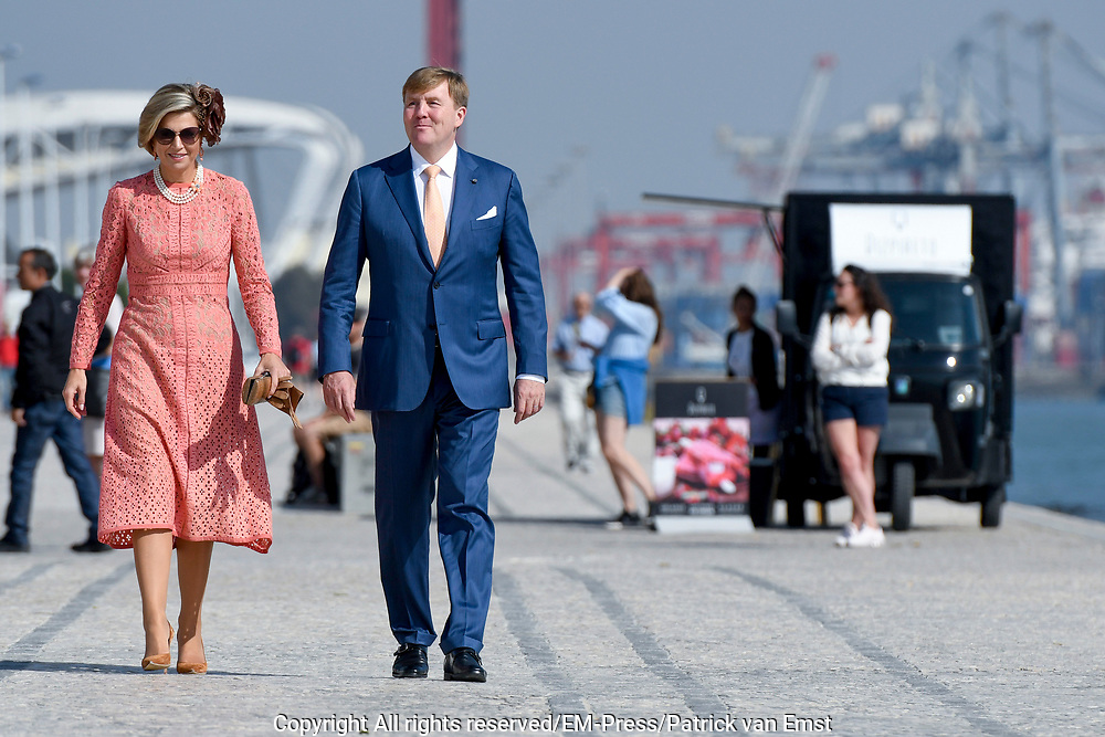 Staatsbezoek van Koning Willem Alexander en Koningin M&aacute;xima, aan de Portugese Republiek.<br /> <br /> Statevisit of King Willem Alexander and Queen Maxima to the republic of Portugal<br /> <br /> Op de foto / On the photo: Koning Willem-Alexander en koningin Maxima poseren voor een fotomoment aan de Taag in Lissabon met op de achtergrond de Ponte 25 de Abril //// King Willem-Alexander and Queen Maxima posing for a photo moment at the Tagus in Lisbon with in the background the Ponte 25 de Abril