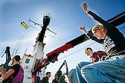 Actievoerder Sini Saarela juicht als de Arctic Sunrise aankomt in Amsterdam. In IJmuiden is de Arctic Sunrise, het schip van milieuorganisatie Greenpeace dat een jaar door Rusland in beslag is genomen, aangekomen. De voormalige ijsbreker wordt in Amsterdam uit het water gehaald en opgeknapt omdat het gehavend is geraakt toen het aan de ankers lag. De boot van de milieuorganisatie is september 2013 door de Russen ge&euml;nterd en de bemanningsleden vastgezet op verdenking van piraterij. Greenpeace voerde actie bij een boorplatform in de Barentszzee. Als het schip weer is gerepareerd, wil de milieubeweging weer campagnes houden met de Artic Sunrise.<br /> <br /> In IJmuiden, the Arctic Sunrise, the Greenpeace ship that a year ago is seized by Russia, arrived. The former ice breaker is removed from the water in Amsterdam and refurbished since it was damaged when it was up to the anchors. The boat of the environmental organization is boarded in September 2013 by the Russians and the crew put down on suspicion of piracy. Greenpeace campaigned on a drilling platform in the Barents Sea. If the ship is repaired, the environmental movement wants to use the Arctic Sunrise again for campaigning.