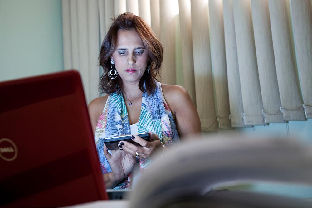 Sete Lagoas_MG, 18 de fevereiro de 2011. .PEGN / Mulheres Empreendedoras..Documentacao do Projeto 10.000 Mulheres do Banco Goldman Sachs teve inicio em 2008 e preve, em 5 anos, investir U$ 100 milhoes na formacao de mulheres empreendedoras de paises em desenvolvimento. No Brasil, a Fundacao Dom Cabral e a responsavel pelo projeto e, 500 mulheres, donas de micro e pequenos negocios foram escolhidas para o programa de gestao empresarial e estruturacao de um plano de negocios. A documentacao fotografica e feita com 5 mulheres que participa do curso em Belo Horizonte...Na foto, Rosani Aparecida de Souza Lopes, da empresa Bufalo Ferramentas Ltda, no seu escritorio...Contato:..Rosani.(31) 8611 0564.rosanibufalo@yahoo.com.br ..Foto: NIDIN SANCHES / NITRO