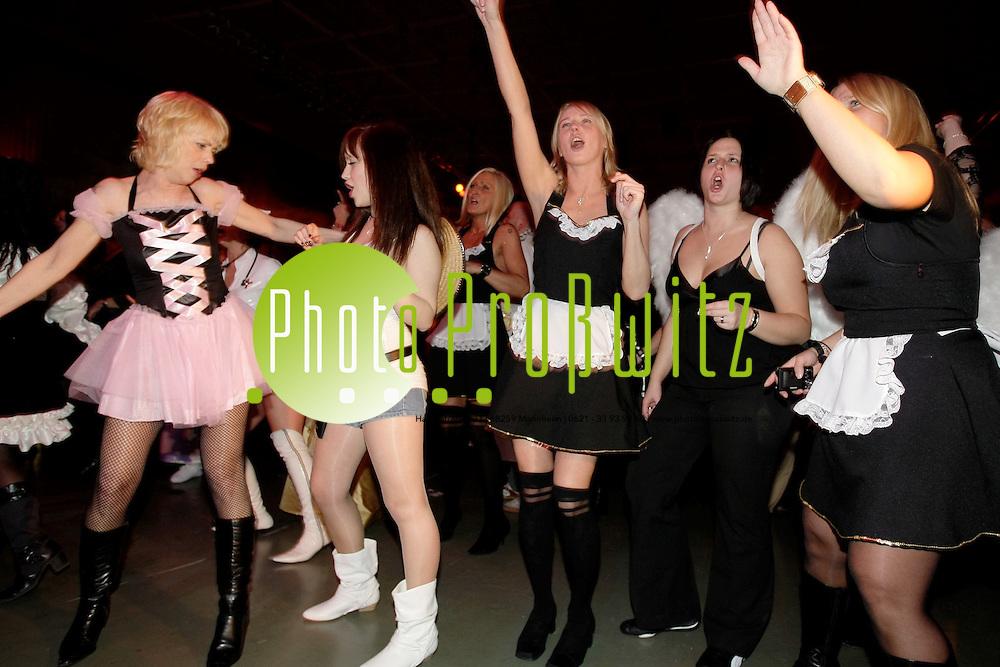 Ludwigshafen. Ebert Halle. Altweiberfasnacht. Fasching ausgelassen feiern. Am &quot;schmutzigen Donnerstag&quot; (auch schmotzig genannt) ist alles erlaubt. Tanzw&uuml;tige Frauen feiern stimmungsvoll Fasnacht.<br /> <br /> <br /> Bild: Markus Pro&szlig;witz<br /> <br /> ++++ Archivbilder und weitere Motive finden Sie auch in unserem OnlineArchiv. www.masterpress.org ++++