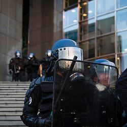 """Manifestants """"antifa"""" et journalistes rassemblés place de la Bastille  le 23 avril 2017, soir du premier tour des élections présidentielles, pour la nuit des barricades. Policiers et gendarmes des Compagnies Républicaines de Sécurité (CRS) et Escadrons de Gendarmerie Mobile (EGM) en maintien de l'ordre place de la Bastille.<br /> Avril 2017 / Paris (75) / FRANCE<br /> Voir le reportage complet (30 photos) http://sandrachenugodefroy.photoshelter.com/gallery/2017-04-MO-Nuit-des-barricades-Complet/G00002Lsyhyh8CWE/C0000yuz5WpdBLSQ"""