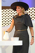 Koningin Máxima opent het FrieslandCampina Innovation Centre in Wageningen. In dit nieuwe centrum brengt het zuivelbedrijf het merendeel van hun onderzoeks- en ontwikkelingsactiviteiten samen. <br /> <br /> Queen Máxima opens FrieslandCampina Innovation Centre in Wageningen. This new center the dairy spends most of their research and development together.<br /> <br /> Op de foto / On the photo:  Koningin Máxima doet de openingshandeling door een kan met melk leeg te schenken / Queen Máxima does the opening ceremony by an empty a can  with milk