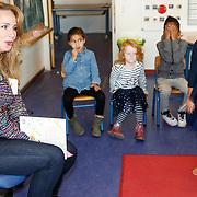 NLD/de Meern/20151009 - Voorleesactie prinses Laurentien + Jan Terlouw boek 'Kapsones', weervrouw Helga van Leur leest voor aan scholieren