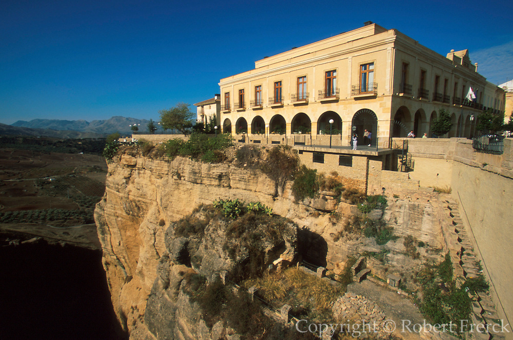 SPAIN, ANDALUSIA, RONDA historic 'pueblo blanco' above ravine
