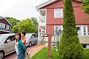 Natsumi Yoneyama tillsammans med sin son Remu. Hon ar bott i Sweden Hills i nio år tillsammans med sin make, svärmor och tre barn.