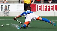 AMSTELVEEN - Hockey - Hoofdklasse competitie heren. AMSTERDAM-KAMPONG (2-2). Boet Phijffer (Kampong) duikt naar de bal.   COPYRIGHT KOEN SUYK