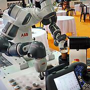 Turin, Italy - May 4, 2017: A collaborative robot equipped with flexible hands makes a coffee YuMi è un robot collaborativo a due bracci per l'assemblaggio di piccoli pezzi, dotato di mani flessibili,