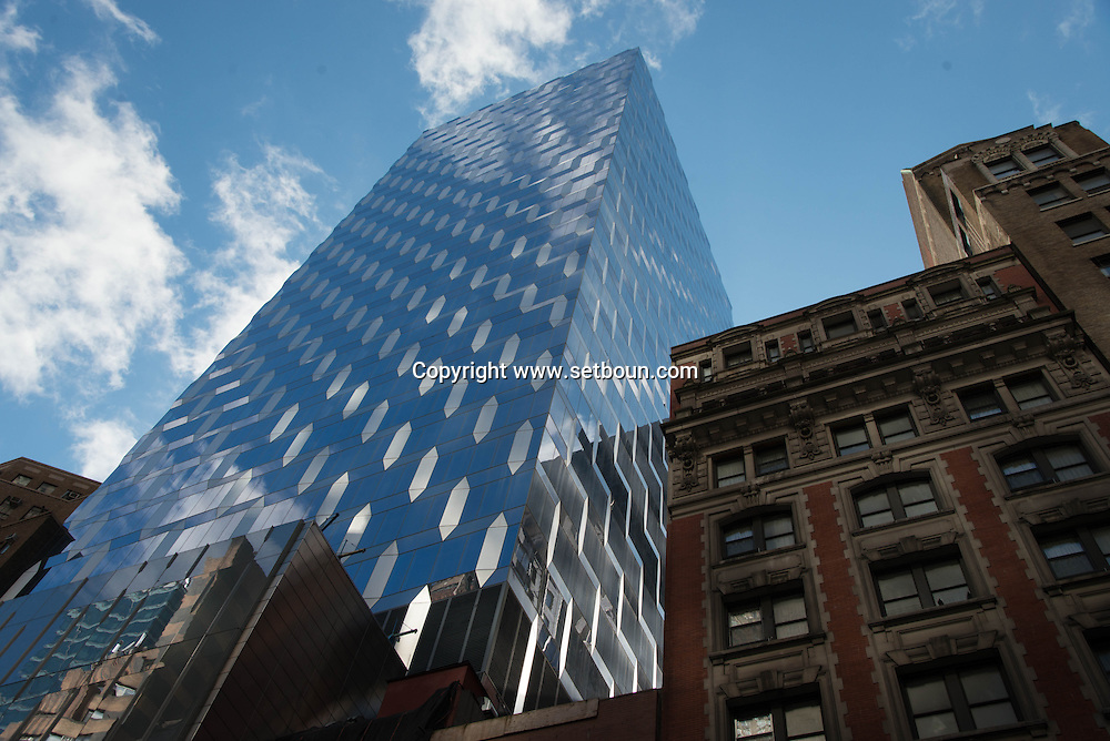 New York - mirror game on a mirror tower . The Gem on 47 th street in diamond dustrict  / reflets sur le Gem tower, quartier des diamants