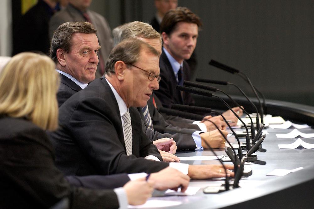 29 FEB 2004, BERLIN/GERMANY:<br /> Gerhard Schroeder (L), SPD, Bundeskanzler, und Juergen Schrempp (Vorne), Vorstandsvorsitzender Daimler Chrysler, waehrend einer Pressekonferenz zur Verstaendigung der Bundesregierung und dem Konsortium Toll Collect &uuml;ber eine weitere Zusammenarbeit beim Aufbau eines LKW Mautsystems, Bundeskanzleramt<br /> IMAGE: 20040229-01-035<br /> KEYWORDS: J&uuml;rgen Schrempp, Gerhard Schr&ouml;der