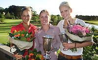 DEN DOLDER - Kampioen Christel Boeljon (m) en Caroline Karsten (r) en Kyra van Leeuwen die derde werd, na het NK Strokeplay golf op Golfsocieteit  De Lage Vuursche. COPYRIGHT KOEN SUYK