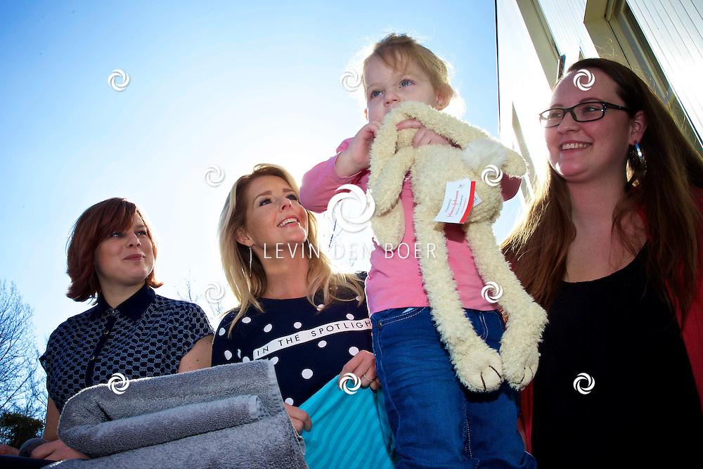 AMSTERDAM - In het Ronald Mc Donald huis ging Chantal Janzen de was doen. Met hier op de foto Chantal Janzen, Danielle Lakeman (Vrijwilliger Ronald McDonald Huis), Kim van der Sluis (moeder) met haar dochter Kayla. FOTO LEVIN DEN BOER - KWALITEITFOTO.NL