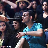 Nederland,  Amsterdam, 27 mei 2014.<br /> Heftige emoties tijdens het jongeren debat in de Rode Hoed aan de Keizersgracht met als thema rascisme.<br /> Presentator Arie Boomsma.<br /> Foto:Jean-Pierre Jans