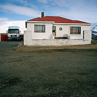 Einbýlishús á Hofsós. Þarfast þjónninn fyrir utan. A house at Hofsos, North Iceland.