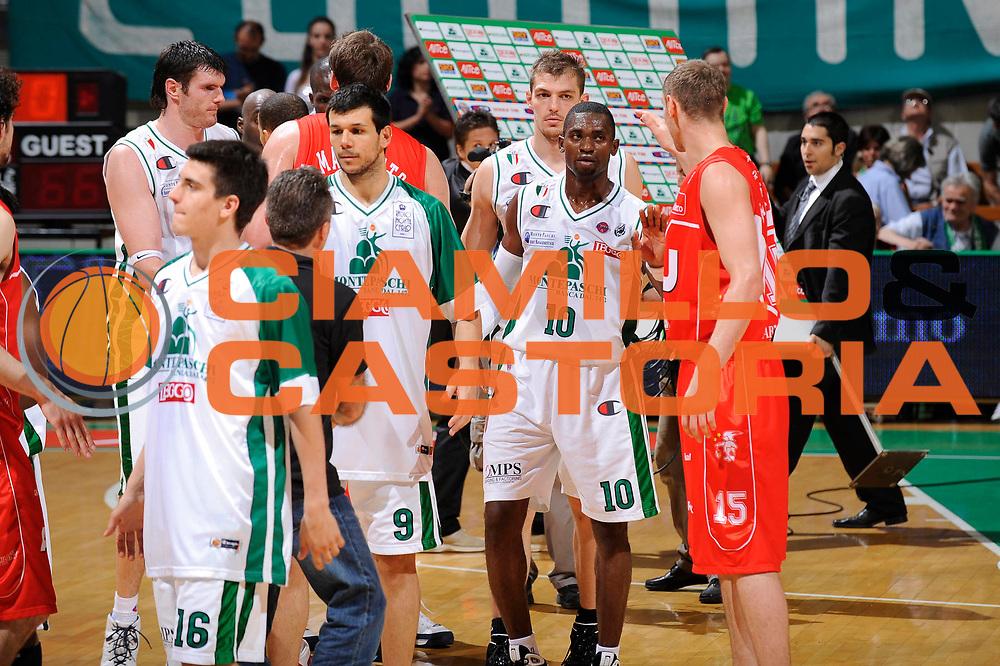 DESCRIZIONE : Siena Lega A 2008-09 Playoff Finale Gara 2 Montepaschi Siena Armani Jeans Milano<br /> GIOCATORE : Teams Squadre<br /> SQUADRA : Armani Jeans Milano Montepaschi Siena<br /> EVENTO : Campionato Lega A 2008-2009 <br /> GARA : Montepaschi Siena Armani Jeans Milano<br /> DATA : 12/06/2009<br /> CATEGORIA : fair play <br /> SPORT : Pallacanestro <br /> AUTORE : Agenzia Ciamillo-Castoria/G.Ciamillo