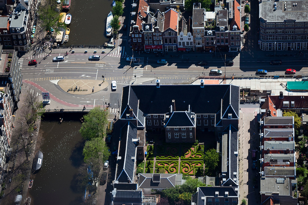 Nederland, Amsterdam, Vijzelgracht, 12-05-2009; Maison Descartes, met Franse formele tuin en bouwput van het staion van de Noord/Zuidlijn. Het 17e eeuwse Walenweeshuis (Waals weeshuis) huisvest het Institut Français des Pays-Bas, ).de culturele afdeling van de Franse Ambassade en het Consulaat van Frankrijk. Air view  on the French cultural Institute with its formal French garden on the Vijzelgracht (m) next to it the small weavers houses(r), about to subside, because of the digging activities, which have been stopped now..Swart collectie, luchtfoto (toeslag); Swart Collection, aerial photo (additional fee required).foto Siebe Swart / photo Siebe Swart