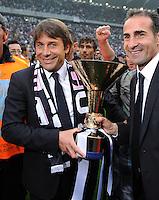 FUSSBALL INTERNATIONAL   SERIE A   SAISON 2011/2012    Juventus Turin - Atalanta Bergamo   13.05.2012 Juve ist Italienischer Meister  Trainer Antonio Conte (li., Juventus Turin) mit Pokal